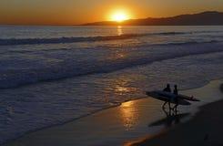 Solnedgång över havet på stranden Royaltyfria Foton