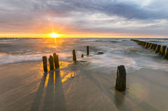 Solnedgång över havsstranden, baltiskt hav, Polen Arkivbild