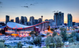 Solnedgång över i stadens centrum Calgary och Saddledome Royaltyfria Foton