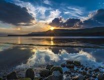 Solnedgång över klipporna på Kimmeridge Royaltyfri Bild