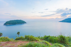 Solnedgång över Promthep udd och den Yanui stranden phuket thailand Royaltyfria Bilder