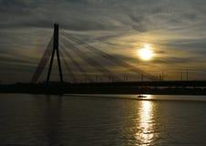 Solnedgångbro och litet fartyg Royaltyfria Foton