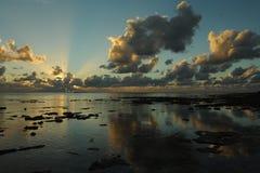 Solnedgången fördunklar över den tropiska ön Royaltyfri Fotografi