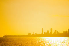 Solnedgången och staden skuggar på Mumbai, Indien Arkivbild