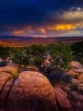 Solnedgången stormar över bågenationalparken Utah Royaltyfri Bild