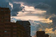 Solnedgånghimmel över stad Arkivbilder