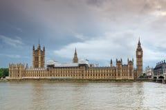 Solnedgångsikt av hus av parlamentet, slott av Westminster, London, England Arkivfoton