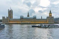 Solnedgångsikt av hus av parlamentet, slott av Westminster, London, England Royaltyfri Bild