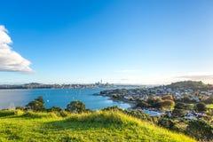 Solnedgångsikt på Auckland CBD från Devonport Royaltyfri Bild