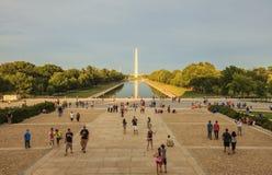 Solnedgångsikt till den nationella minnesmärken för världskrig II i Washington DC Royaltyfri Bild