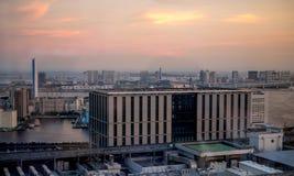 Solnedgångsikt till den Tokyo fjärden från den Shiodome stationen Royaltyfri Fotografi