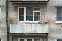 Solo balcón viejo de un edificio de apartamentos fotografía de archivo
