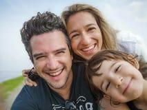Solo bambino del figlio della famiglia del ritratto del selfie soltanto dei genitori di trenta anni caucasici del figlio fotografia stock