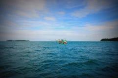 Solo barco de pesca en el medio del mar Imágenes de archivo libres de regalías