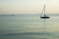 Solo barco en el lago Foto de archivo libre de regalías