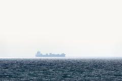 Solo barge adentro el mar tranquilo imágenes de archivo libres de regalías