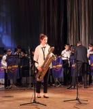 Solo bas- saxofon arkivfoton