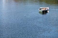 Solo bote de remos en el agua azul Fotografía de archivo