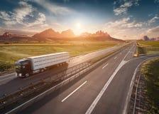 Solo camión de reparto en la carretera en la mañana idílica imagen de archivo