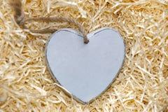 Solo corazón de madera gris en blanco del amor Imagen de archivo