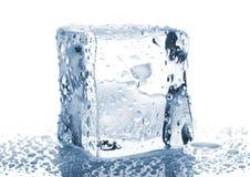 Solo cubo de hielo con gotas del agua Fotos de archivo