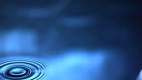 Solo descenso en el agua que causa la ondulación metrajes
