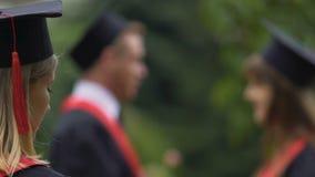 Solo diritto laureato della femmina triste, amici dell'università che parlano nella distanza video d archivio