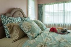 Solo dormitorio con las almohadas y los casquillos Imagenes de archivo