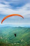 Solo- Gleitschirmfliegenflug Stockfotografie