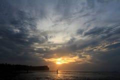 Solo hacia fuera en el mar durante puesta del sol Fotografía de archivo libre de regalías