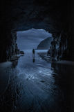 Solo hombre que defiende en una entrada de la cueva el mar fotografía de archivo libre de regalías