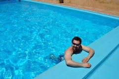 Solo hombre que disfruta de verano fotografía de archivo