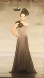 Indonesisches weibliches Modell an der Modeschau, die Lattest Sammlung trägt Lizenzfreie Stockfotografie