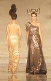 Indonesisches weibliches Modell an der Modeschau, die Lattest Sammlung trägt Stockfotos