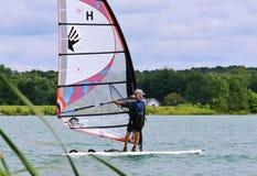 Solo jeździec Windsurfing Zdjęcia Royalty Free