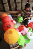 Fabbricazione della lanterna di carta per l'nuovo anno lunare Fotografie Stock