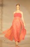Modèle femelle au défilé de mode portant la collection de Lattest Image stock