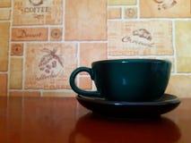 Solo- leerer keramischer Becher auf Holztisch und modernem Hintergrund stockfoto