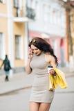Solo loco que va de la muchacha bastante atractiva de los jóvenes La mujer joven en el café bebe el café y hablar en el teléfono  Imágenes de archivo libres de regalías