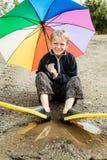Solo niño en aletas y paraguas del salto Foto de archivo