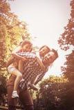 Solo padre que juega en naturaleza con su hija Carryi del padre Imagen de archivo libre de regalías