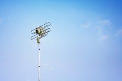 Solo palo de las telecomunicaciones en un landscapesingle rural Teleco del cielo azul Imagen de archivo