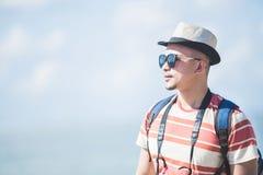 Solo podróżniczy jest ubranym lato kapelusz, okulary przeciwsłoneczni podczas wakacje i zdjęcie royalty free