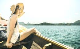 Solo- Reisender der jungen Frau an der Bootsreiseexkursion am See - Wanderlustreisekonzept mit touristischem Wanderer des Abenteu lizenzfreies stockbild