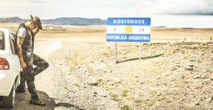 Solo- Reisender des jungen Mannes an entspannen sich Bruch nahe argentinischer Grenze stockfotos