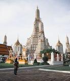 Solo Reiziger bij Hoofdpagode in Wat Arun, Bangkok, Thailand stock fotografie
