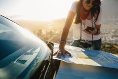 Solo reiziger die bestemming en route zoeken stock afbeeldingen