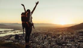 Solo reiziger die van de stadsmening vanaf heuvelbovenkant genieten stock afbeelding