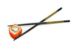 Solo rodillo de sushi de Japón en los palillos Foto de archivo libre de regalías
