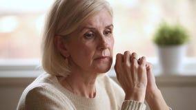 Solo senior premuroso triste di sensibilità della donna preoccupato per i problemi archivi video